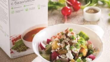 Овощи с творогом, зеленью и томатным соусом
